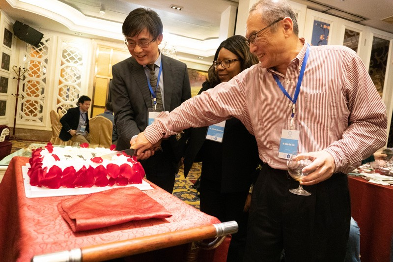 UD College of Earth, Ocean and Environment Dean Estella Atekwana (center), Xiamen University Director of the Faculty of Earth Science and Technology Minhan Dai (left), and CEOE Professor Xiao-Hai Yan cut the cake at a formal dinner celebrating 10 years of partnership.