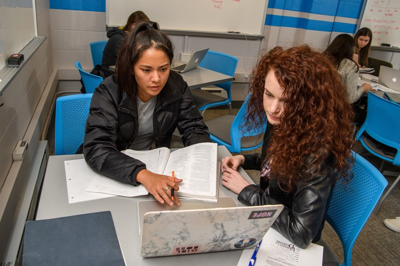 UD students study together in the Office of Academic Enrichment.