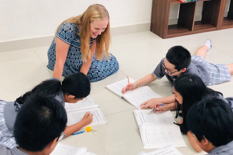 460-allison-scott-teaching-children-floor-thailand-IMG-0460-800x533