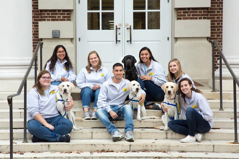 Lydia Schlitzkus est présidente du UD Dog Companions Independence Study Group, qui élève des chiens chez les personnes handicapées mentales et physiques. Il a été photographié avec son chiot Bailey.