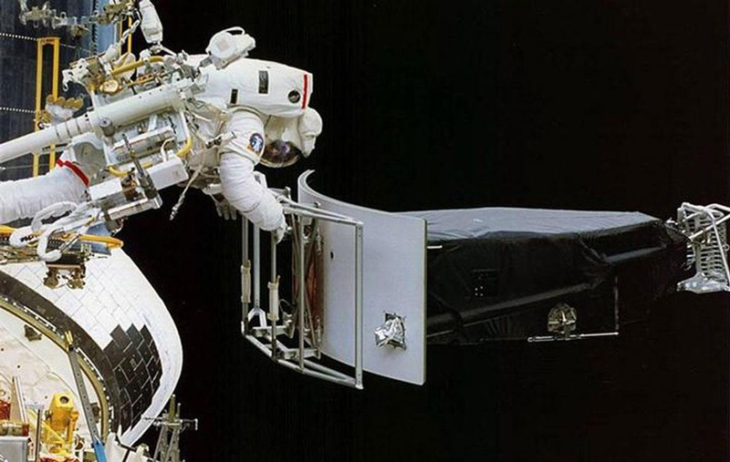 Astronaut Jeffrey Hoffman removes the Wide Field and Planetary Camera 1 (WFPC 1) during the first Hubble servicing mission (SM1), which took place in December, 1993.