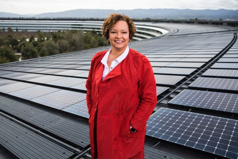 Former Environmental Protection Agency Administrator Lisa Jackson stands atop Apple's headquarters to showcase its solar panel grid.